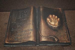 Ałmaty: Księga pod pomnikiem niepodległości z odciskiem dłoni prezydenta Nazarbajewa