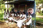 Lankijskie uczennice na przystanku
