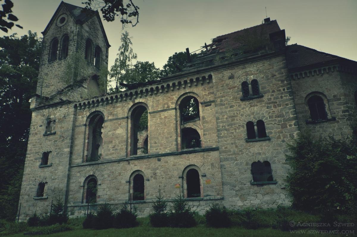 Ruiny kościoła wStarych Jaroszowicach.