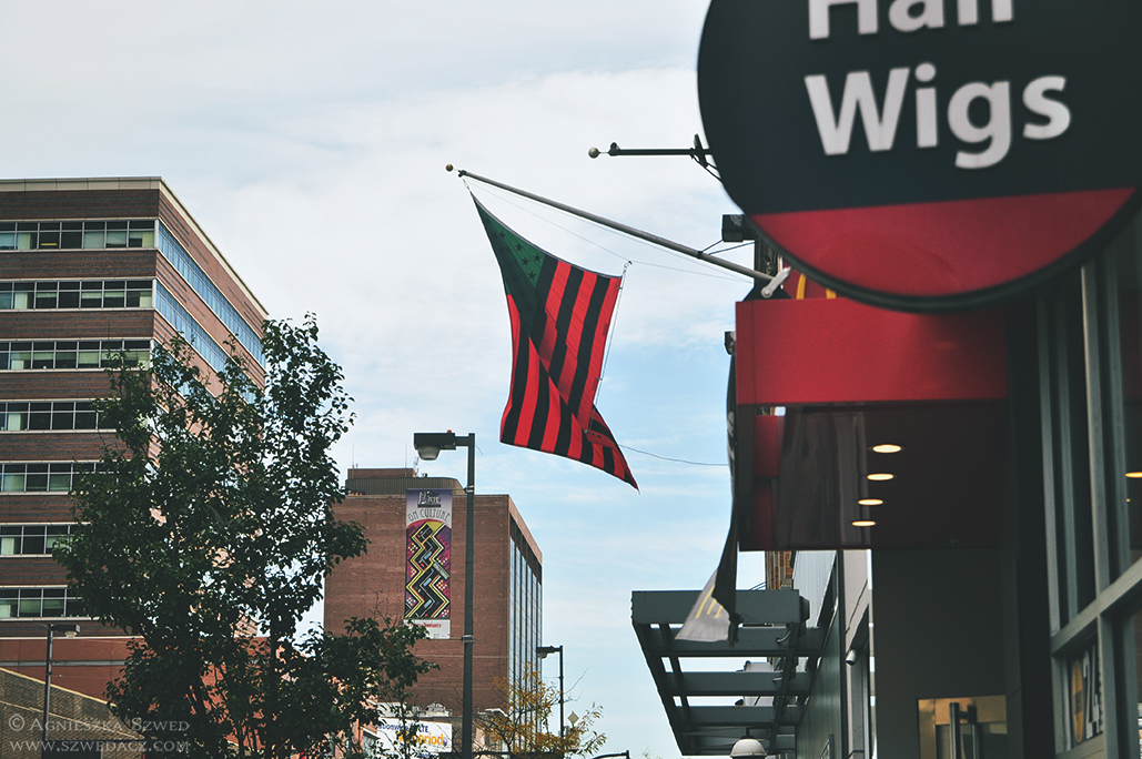 Harlem, Nowy Jork - African American Flag byDavid Hammons
