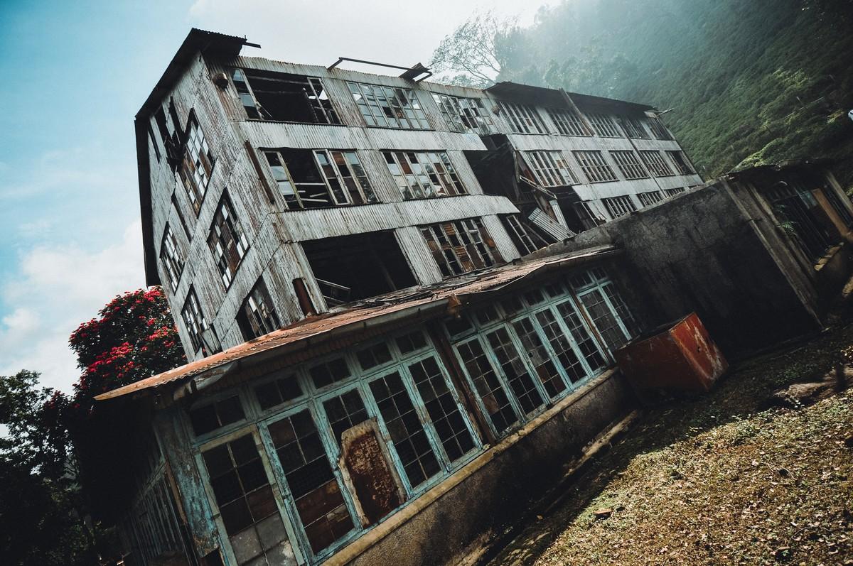 Nieczynna, opustoszała fabryka herbaty.