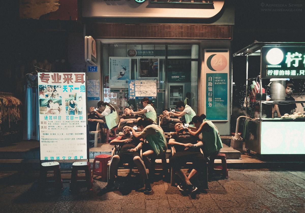 Zbiorowe czyszczenie uszu na ulicy w Yangshuo