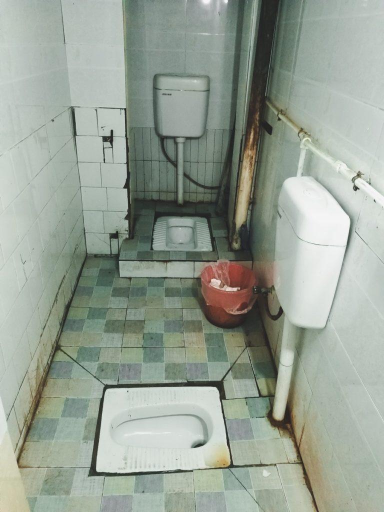 Toalety publiczne w Chinach - na szczęście nie wszystkie dają tak mało prywatności