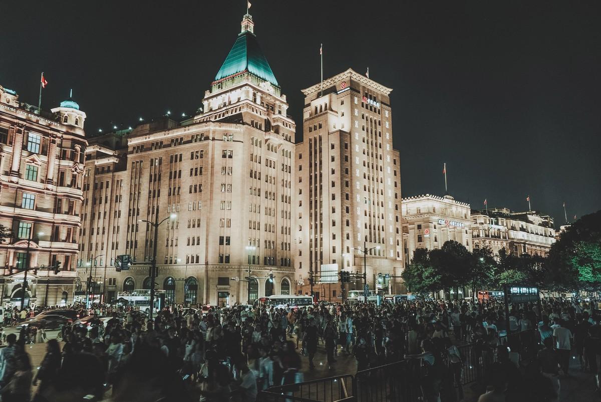 Szanghaj nocą, tłumy przed promenadą Bund
